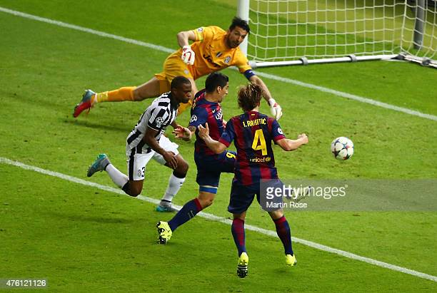 Luis Suarez of Barcelona scores his team's second goal during the UEFA Champions League Final between Juventus and FC Barcelona at Olympiastadion on...