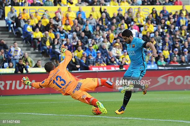 Luis Suarez of FC Barcelona beats Javi Varas of UD Las Palmas to score his team's opening goal during the La Liga match between UD Las Palmas and FC...
