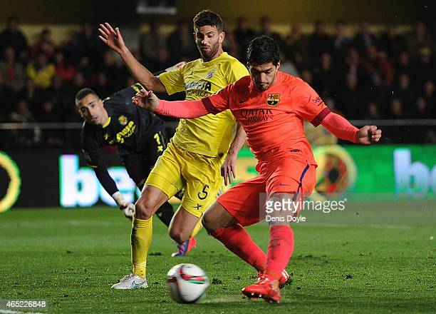Luis Suarez of FC Barcelona beats Mateo Musacchio of Villarreal to score his team's 2nd goal during the Copa del Rey SemiFinal Second Leg match...