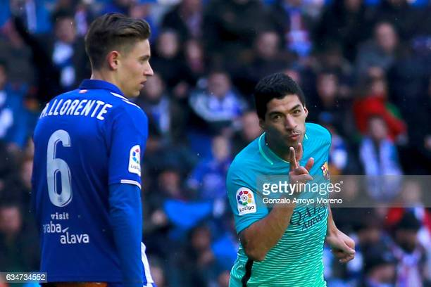 Luis Suarez of FC Barcelona celebrates scoring their sixth goal during the La Liga match between Deportivo Alaves and FC Barcelona at Estadio de...
