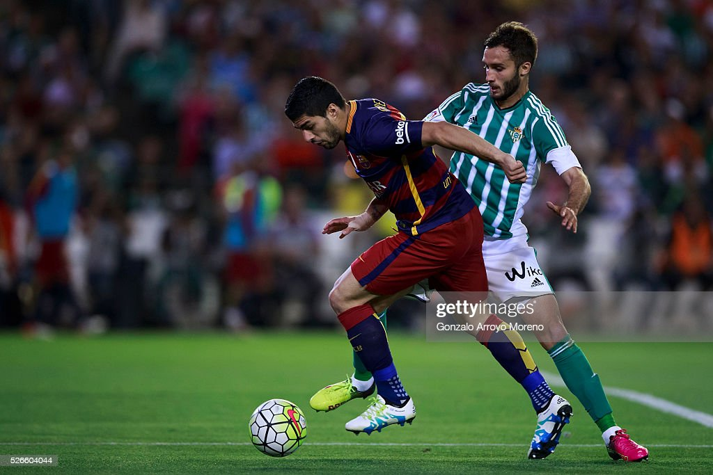 Luis Suarez (L) of FC Barcelona competes for the ball with German Pezzella (R) of Real Betis Balompie during the La Liga match between Real Betis Balompie and FC Barcelona at Estadio Benito Villamarin on April 30, 2016 in Seville, Spain.