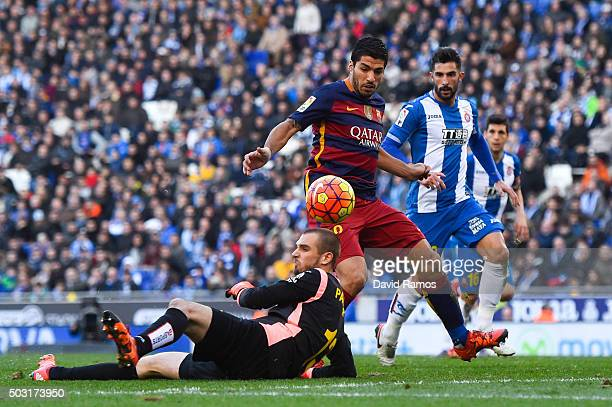Luis Suarez of FC Barcelona competes for the ball with Pau Lopez of RCD Espanyol during the La Liga match between RCD Espanyol and FC Barcelona at...