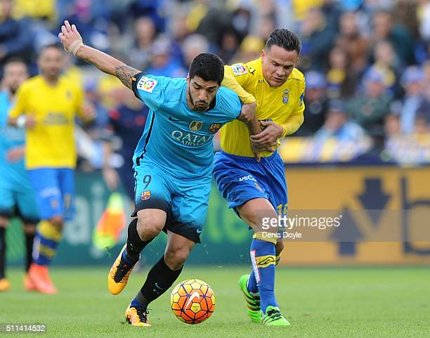 Luis Suarez of FC Barcelona is grabbed by Roque Mesa of UD Las Palmas during the La Liga match between UD Las Palmas and FC Barcelona at Estadio Gran...