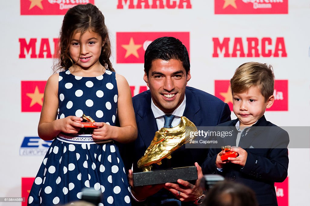 Luis Suarez of FC Barcelona poses with his daughter Delfina (L) and his son Benjamin (R) with the Golden Boot Trophy as the best goal scorer in all European Leagues last season on October 20, 2016 in Barcelona, Spain. Luis Suarez scored 40 goals for FC Barcelona in last season's Spanish La Liga.