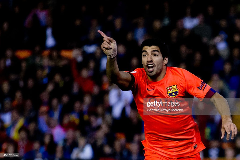 Luis Suarez of FC Barcelona protests to the referee after nulifying his goal during the La Liga match between Valencia CF and FC Barcelona at Estadi...