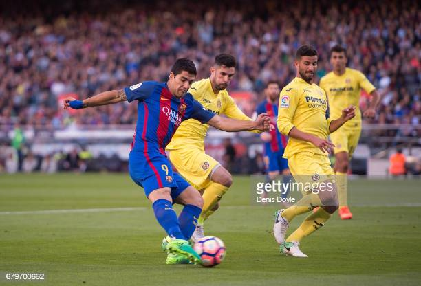 Luis Suarez of FC Barcelona scores his team's 3rd goal during the La Liga match between FC Barcelona and Villarreal CF at Camp Nou stadium on May 6...