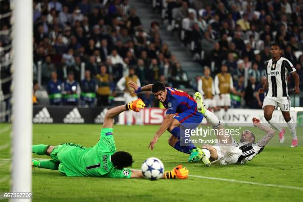 Luis Suarez of FC Barcelona shoots wide under pressure from Leonardo Bonucci of Juventus during the UEFA Champions League Quarter Final first leg...