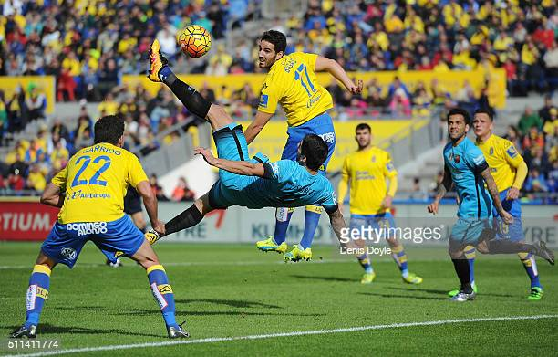 Luis Suarez of FC Barcelona tries an overhead kick at goal against Pedro Bigas of UD Las Palmas during the La Liga match between UD Las Palmas and FC...