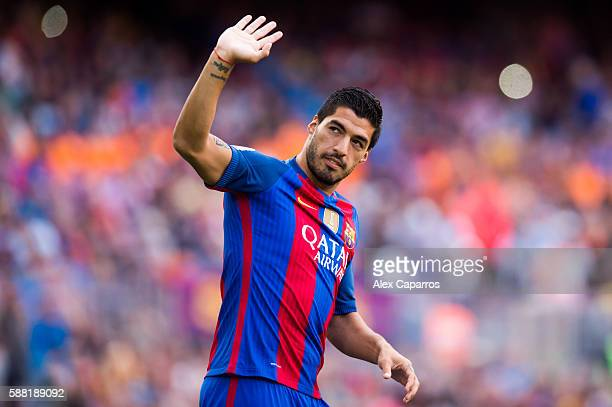 Luis Suarez of FC Barcelona waves during the team official presentation ahead of the Joan Gamper trophy match between FC Barcelona and UC Sampdoria...