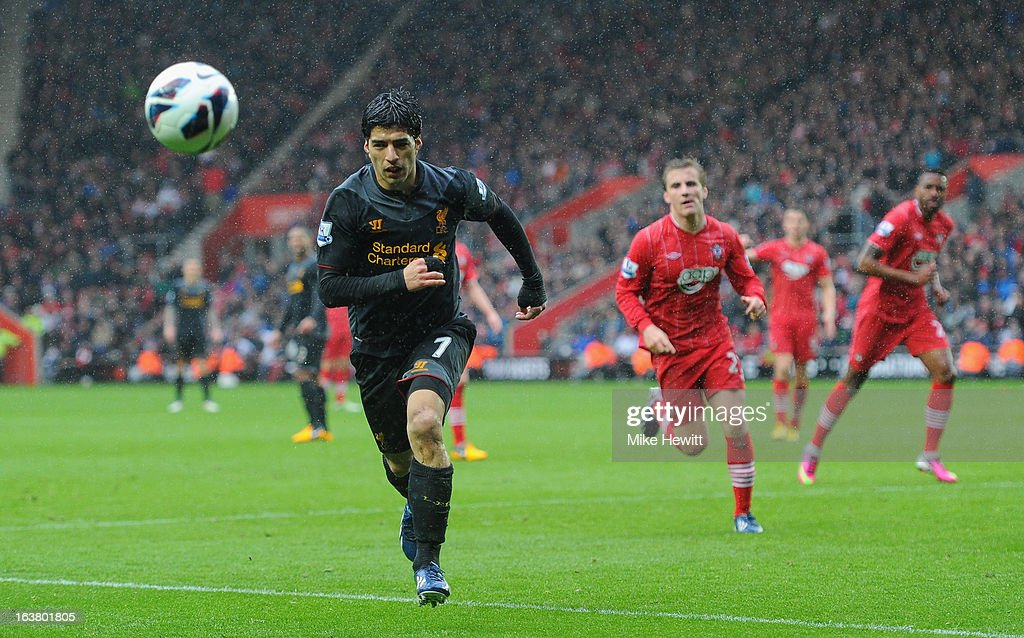 Luis Suarez of Liverpool chases the ball during the Barclays Premier League match between Southampton and Liverpool at St Mary's Stadium on March 16, 2013 in Southampton, England.