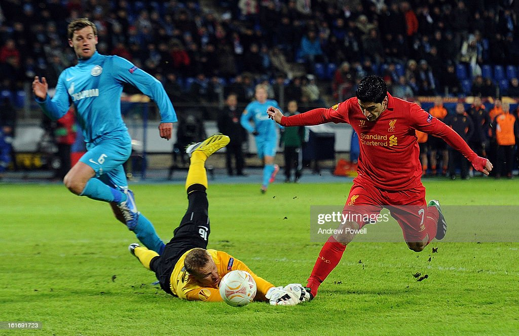 Luis Suarez of Liverpool rounds <a gi-track='captionPersonalityLinkClicked' href=/galleries/search?phrase=Vyacheslav+Malafeev&family=editorial&specificpeople=3012873 ng-click='$event.stopPropagation()'>Vyacheslav Malafeev</a> of FC Zenit St Petersburg during the UEFA Europa League round of 32 first leg match between FC Zenit St Petersburg and Liverpool on February 14, 2013 in Saint Petersburg, Russia.