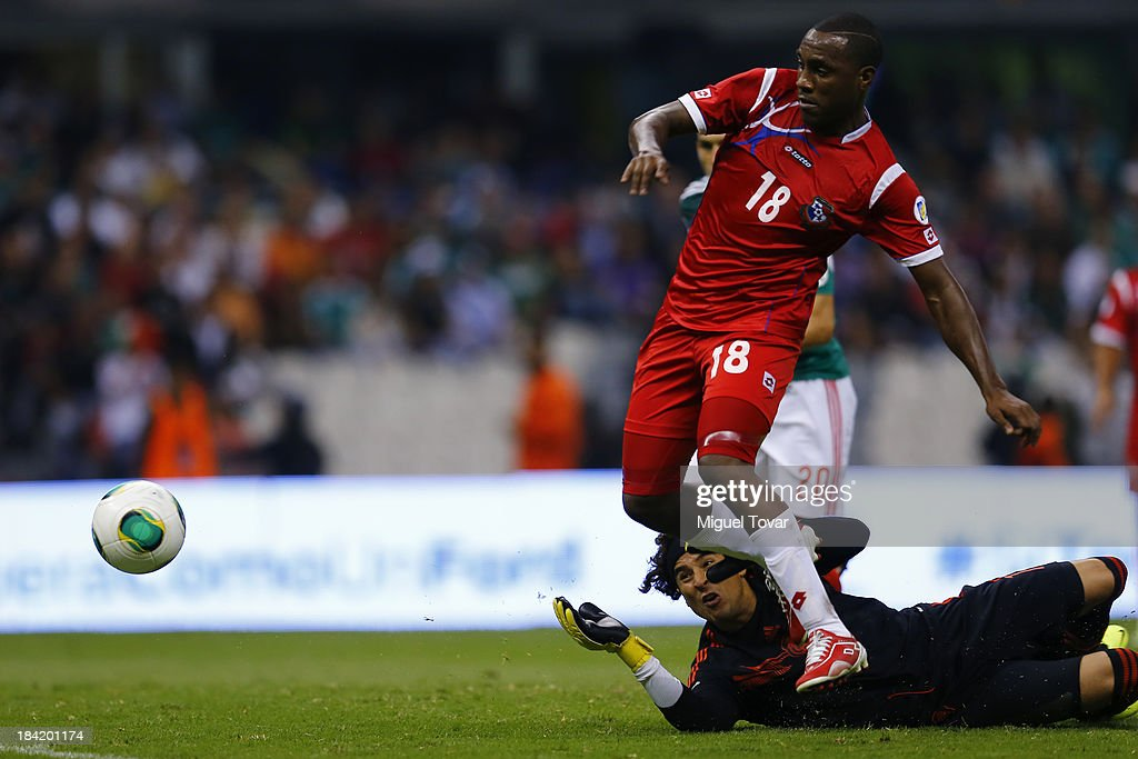 Luis Tejeda of Panama scores against <a gi-track='captionPersonalityLinkClicked' href=/galleries/search?phrase=Guillermo+Ochoa&family=editorial&specificpeople=490875 ng-click='$event.stopPropagation()'>Guillermo Ochoa</a> of Mexico during a match between Mexico and Panama as part of the CONCACAF Qualifyers at Azteca stadium on October 11, 2013 in Mexico City, Mexico.