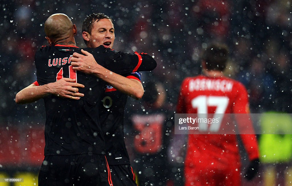 Luisao of Benfica celebrates with Nemanja Matic and other team mates after winning the UEFA Europa League Round of 32 first leg between Bayer 04 Leverkusen and SL Benfica at BayArena on February 14, 2013 in Leverkusen, Germany.