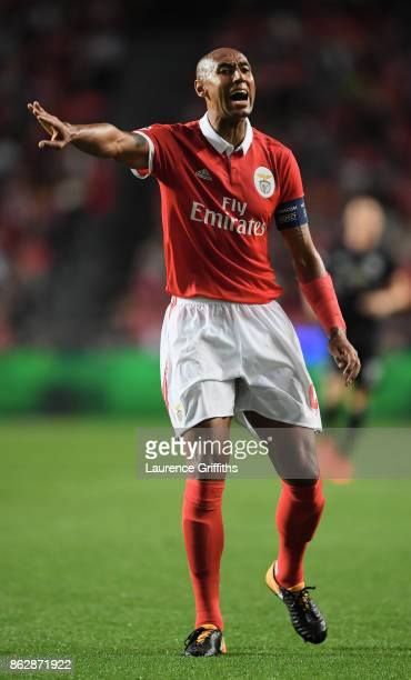 Luisao of Benfica gives his team instructions during the UEFA Champions League group A match between SL Benfica and Manchester United at Estadio da...