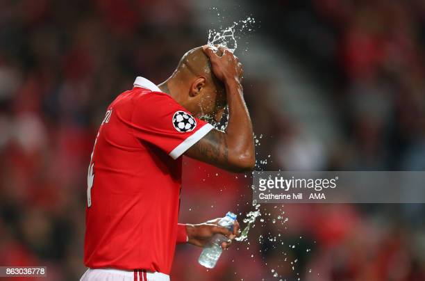 Luisao of Benfica splashes water on his head during the UEFA Champions League group A match between SL Benfica and Manchester United at Estadio da...