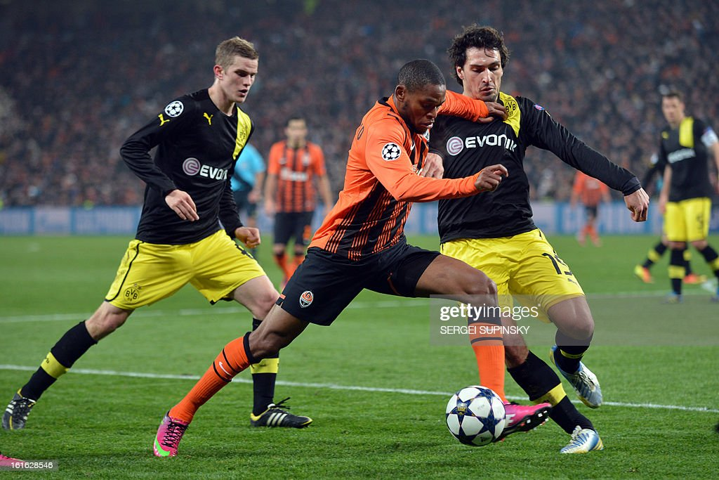 Luiz Adriano (L) of FC Shakhtar fights for the ball with Mats Hummels ( R) of Borussia Dortmund during their UEFA Champions League round 16 football match in Donetsk on February 13, 2013.
