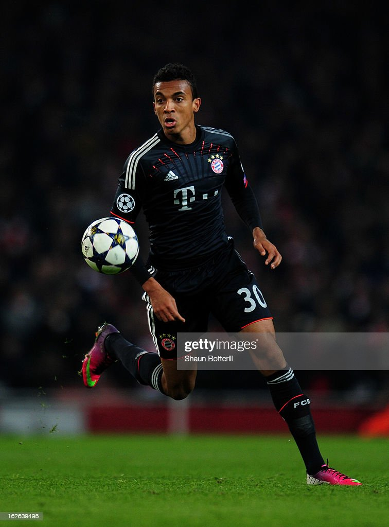Luiz Gustavo of Bayern Muenchen in action during the UEFA Champions League round of 16 first leg match between Arsenal and Bayern Muenchen at...