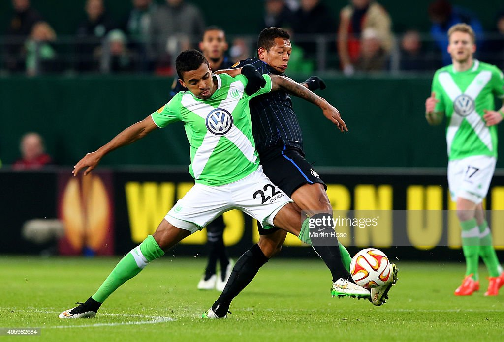 Luiz Gustavo (L) of VfL Wolfsburg and Fredy Guarin of Milano battle for the ball during the UEFA Europa League Round of 16 first leg match between VfL Wolfsburg and FC Internazionale Milano at Volkswagen Arena on March 12, 2015 in Wolfsburg, Germany.