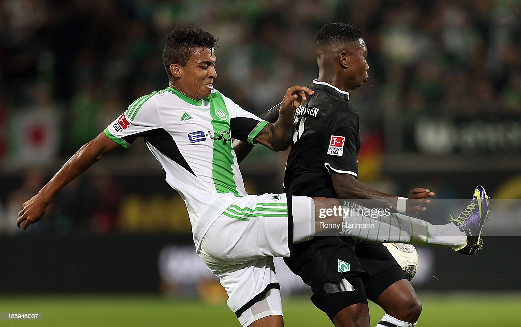 Luiz Gustavo (L) of Wolfsburg and <a gi-track='captionPersonalityLinkClicked' href=/galleries/search?phrase=Eljero+Elia&family=editorial&specificpeople=2199495 ng-click='$event.stopPropagation()'>Eljero Elia</a> of Bremen vie for the ball during the Bundesliga match between VfL Wolfsburg and Werder Bremen at Volkswagen Arena on October 26, 2013 in Wolfsburg, Germany.