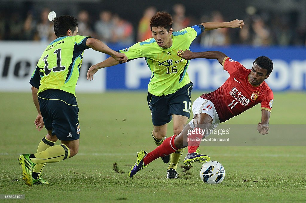 Luiz Muriqui (R) of Guangzhou Evergrande competes for the ball with Ha Dae Sung (C) and Molina Uribe (L) of FC Seoul during the AFC Champions League Final 2nd leg match between Guangzhou Evergrande and FC Seoul at Guangzhou Tianhe Sport Center Stadium on November 9, 2013 in Guangzhou, China.