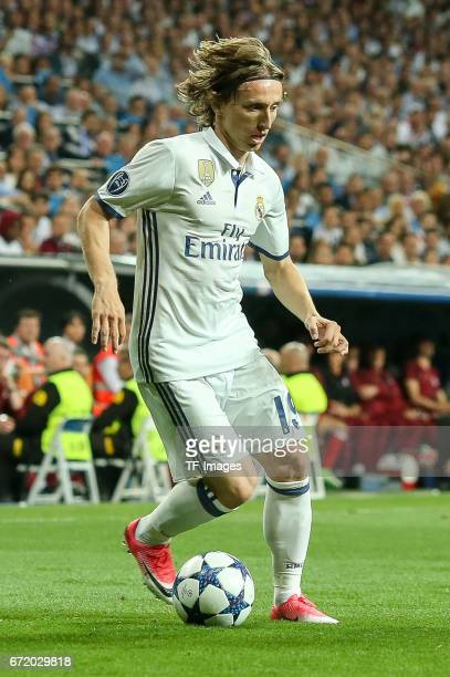 Luka Modric of Real Madrid controls the ball during the UEFA Champions League Quarter Final second leg match between Real Madrid CF and FC Bayern...