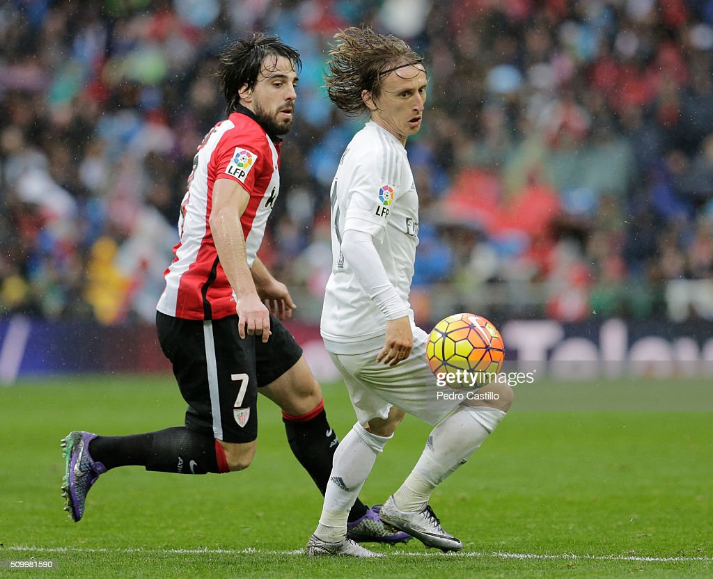 <a gi-track='captionPersonalityLinkClicked' href=/galleries/search?phrase=Luka+Modric&family=editorial&specificpeople=560350 ng-click='$event.stopPropagation()'>Luka Modric</a> of Real Madrid duels for the ball with Beñat Etxebarria of Athletic Club during the La Liga match between Real Madrid CF and Athletic Club at Estadio Santiago Bernabeu on February 13, 2016 in Madrid, Spain.
