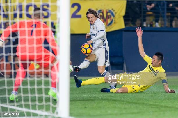 Luka Modric of Real Madrid fights for the ball with Bruno Soriano Llido of Villarreal CF during their La Liga match between Villarreal CF and Real...
