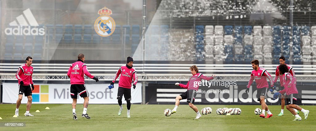 <a gi-track='captionPersonalityLinkClicked' href=/galleries/search?phrase=Luka+Modric&family=editorial&specificpeople=560350 ng-click='$event.stopPropagation()'>Luka Modric</a> (C) of Real Madrid warms up during a training session at Valdebebas training ground on March 20, 2015 in Madrid, Spain.