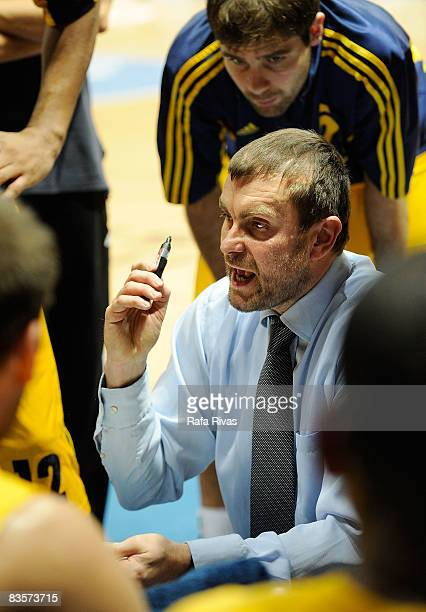 Luka Pavicevic Head Coach of Alba Berlin talks to his players during the Euroleague Basketball Game 3 match between Tau Ceramica and Alba Berlin at...