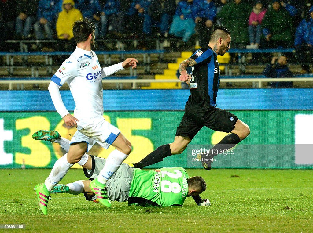 Lukasz Skorupski (R) goalkeeper of Empoli FC saves a shot from Mauricio Pinilia of Atalanta BC during the Serie A match between Atalanta BC and Empoli FC at Stadio Atleti Azzurri d'Italia on February 7, 2016 in Bergamo, Italy.