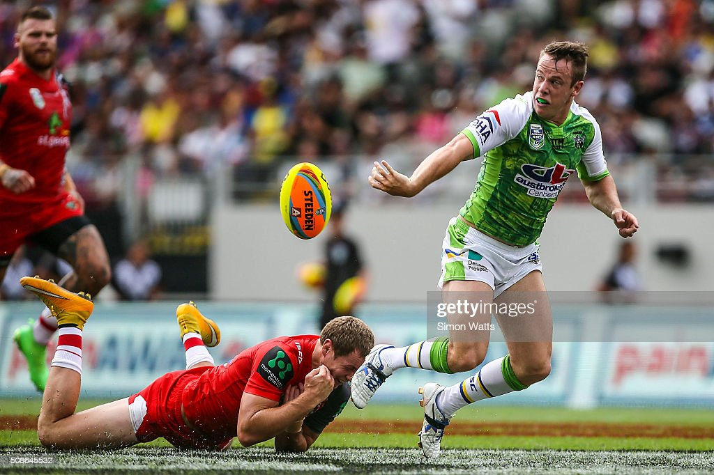 Luke Bateman offloads the ball during the 2016 Auckland Nines match between the Dragons and the Raiders at Eden Park on February 6, 2016 in Auckland, New Zealand.