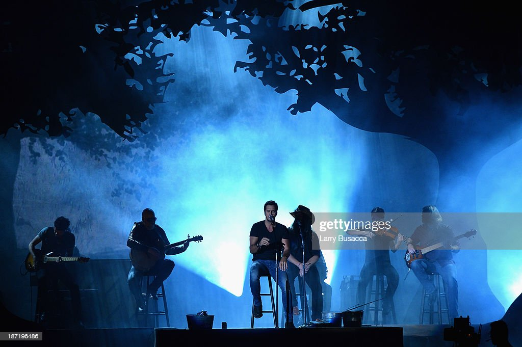 Luke Bryan (C) performs onstage during the 47th annual CMA awards at the Bridgestone Arena on November 6, 2013 in Nashville, United States.