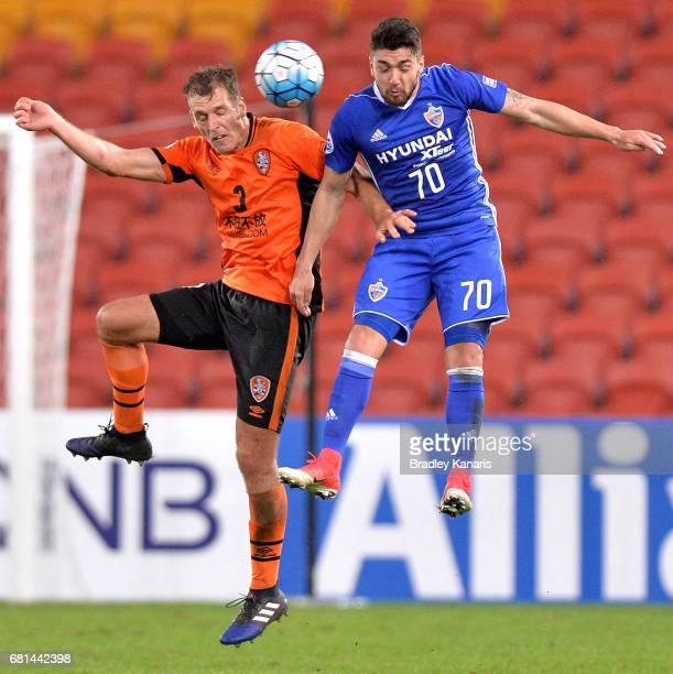 Luke DeVere of the Roar and Dimitrios Petratos of Ulsan Hyundai challenge for the ball during the AFC Asian Champions League Group Stage match...