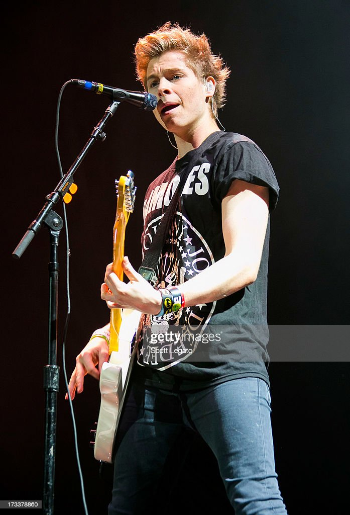 <a gi-track='captionPersonalityLinkClicked' href=/galleries/search?phrase=Luke+Hemmings&family=editorial&specificpeople=10885419 ng-click='$event.stopPropagation()'>Luke Hemmings</a> of 5 Seconds of Summer performs at The Palace of Auburn Hills on July 12, 2013 in Auburn Hills, Michigan.