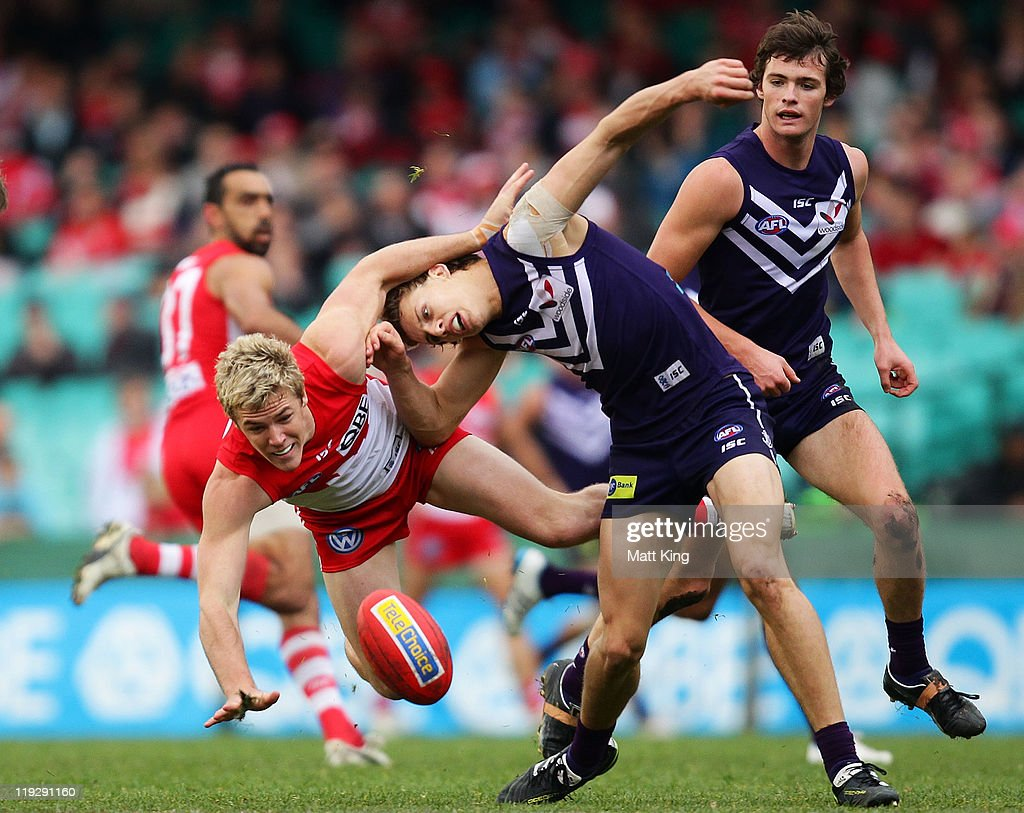 Luke Parker of the Swans and Nathan Fyfe of the Dockers challenge for the ball during the round 17 AFL match between the Sydney Swans and the Fremantle Dockers at the Sydney Cricket Ground on July 17, 2011 in Sydney, Australia.