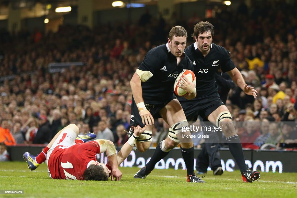 Luke Romano (C) of New Zealand beats the challenge of <a gi-track='captionPersonalityLinkClicked' href=/galleries/search?phrase=Alex+Cuthbert&family=editorial&specificpeople=6143846 ng-click='$event.stopPropagation()'>Alex Cuthbert</a> (L) of Wales to score a try during the International match between Wales and New Zealand at the Millennium Stadium on November 24, 2012 in Cardiff, Wales.