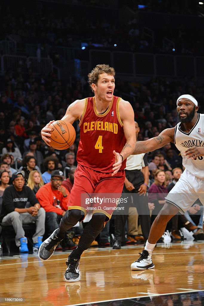 <a gi-track='captionPersonalityLinkClicked' href=/galleries/search?phrase=Luke+Walton+-+Basketballspieler&family=editorial&specificpeople=202565 ng-click='$event.stopPropagation()'>Luke Walton</a> #4 of the Cleveland Cavaliers handles the ball against <a gi-track='captionPersonalityLinkClicked' href=/galleries/search?phrase=Reggie+Evans&family=editorial&specificpeople=202254 ng-click='$event.stopPropagation()'>Reggie Evans</a> #30 of the Brooklyn Nets at the Barclays Center on December 29, 2012 in Brooklyn, New York.