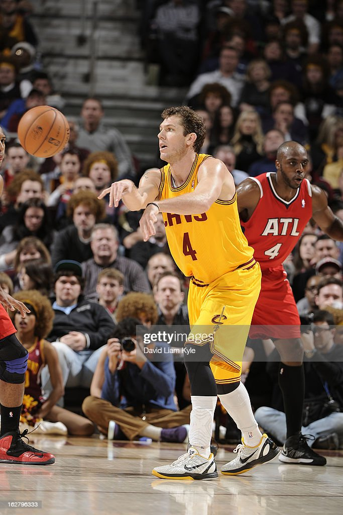 <a gi-track='captionPersonalityLinkClicked' href=/galleries/search?phrase=Luke+Walton+-+Basketball+Player&family=editorial&specificpeople=202565 ng-click='$event.stopPropagation()'>Luke Walton</a> #4 of the Cleveland Cavaliers passes the ball against the Atlanta Hawks at The Quicken Loans Arena on December 28, 2012 in Cleveland, Ohio.