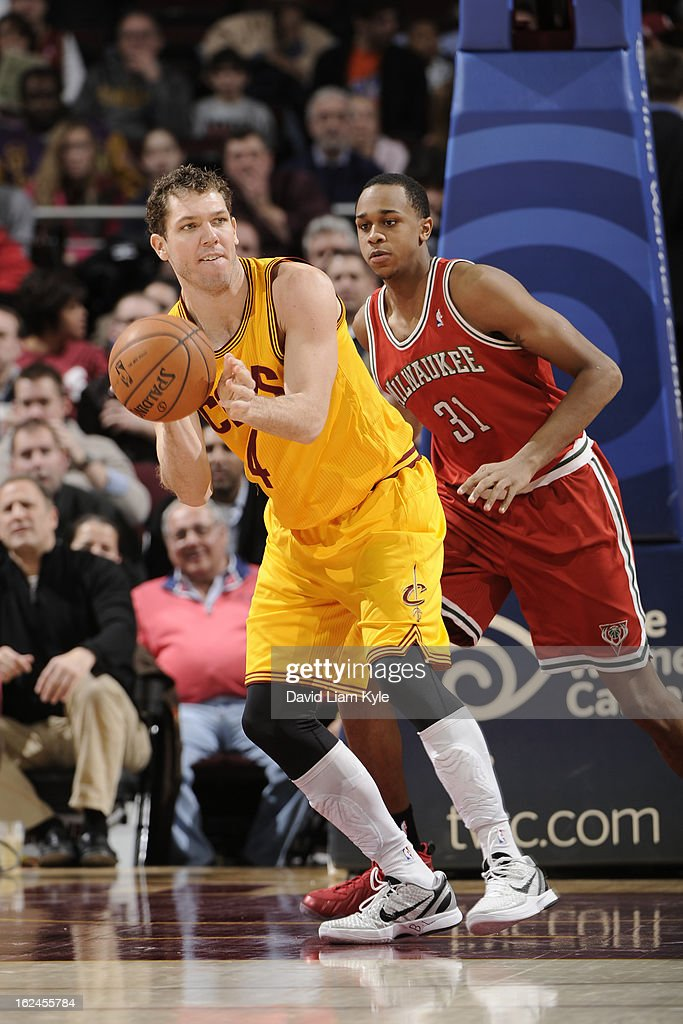 <a gi-track='captionPersonalityLinkClicked' href=/galleries/search?phrase=Luke+Walton+-+Basketball+Player&family=editorial&specificpeople=202565 ng-click='$event.stopPropagation()'>Luke Walton</a> #4 of the Cleveland Cavaliers passes the ball to a teammate against John Henson #25 of the Milwaukee Bucks at The Quicken Loans Arena on January 25, 2013 in Cleveland, Ohio.