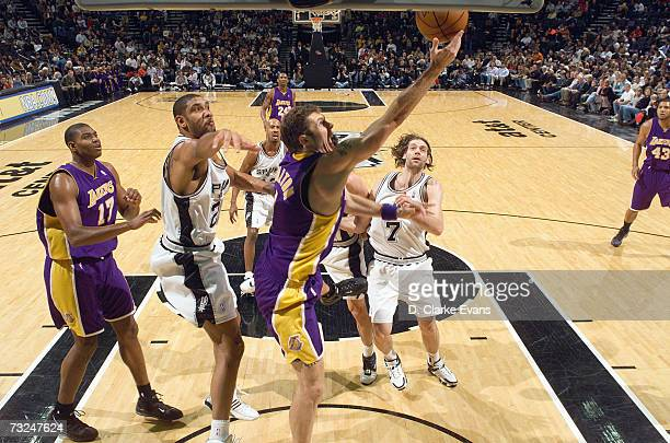 Luke Walton of the Los Angeles Lakers goes to the basket against Tim Duncan and Fabricio Oberto of the San Antonio Spurs during the game at the ATT...