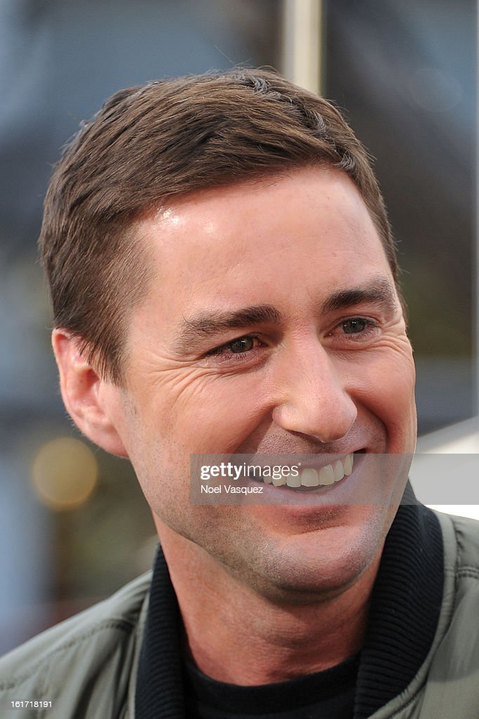 <a gi-track='captionPersonalityLinkClicked' href=/galleries/search?phrase=Luke+Wilson+-+Schauspieler&family=editorial&specificpeople=210582 ng-click='$event.stopPropagation()'>Luke Wilson</a> visit Extra at The Grove on February 14, 2013 in Los Angeles, California.
