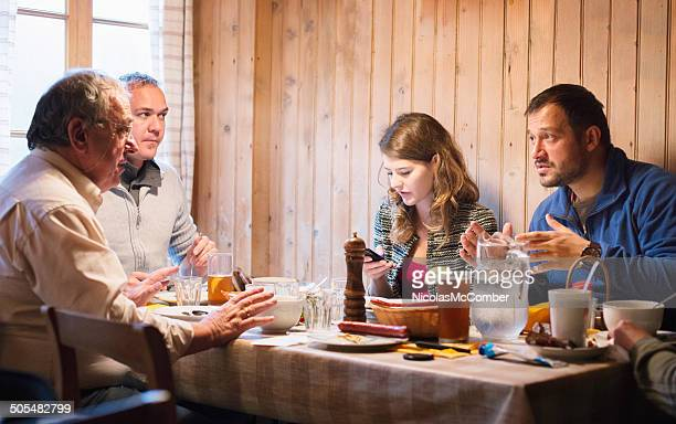 Almuerzo en Alpes suizos refugio