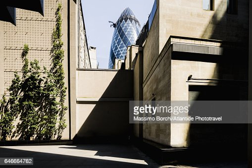 Lunch time in The City, on the background the Swiss Re Tower (Norman Foster architect), known as The Gherkin : Stock-Foto