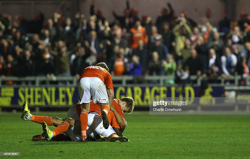 Luton players celebrate <a gi-track='captionPersonalityLinkClicked' href=/galleries/search?phrase=Andre+Gray&family=editorial&specificpeople=12891824 ng-click='$event.stopPropagation()'>Andre Gray</a>'s late winning goal during the Skrill Conference Premier match between Dartford and Luton Town at Princes Park on April 01, 2014 in Dartford, England,