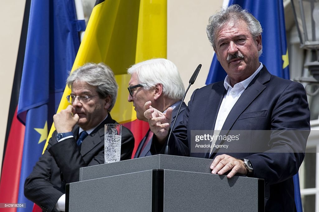 Luxembourgs Foreign Minister Jean Asselborn (R), Italian Foreign Minister Paolo Gentiloni (L) and German Foreign Minister Frank-Walter Steinmeier (2nd L) attend a press conference after their meeting to discuss United Kingdom's decision on leaving European Union (EU), at German foreign ministry's guest house Villa Borsig in Berlin, Germany on June 25, 2016.