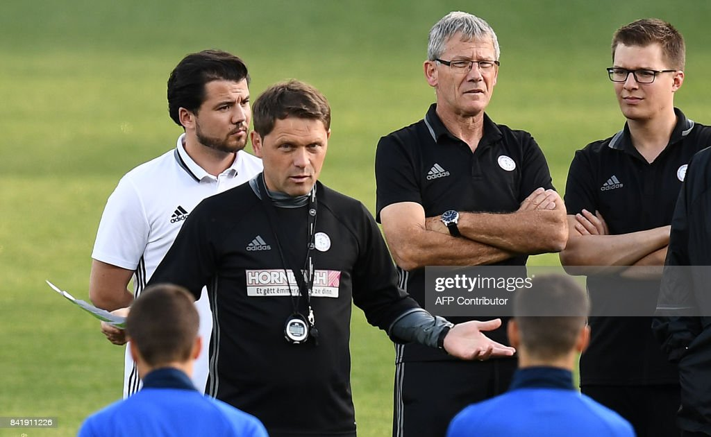 Luxembourg's head coach Luc Holtz (C) gives instructions to his players during a training session at the Municipal Stadium in Toulouse, southern France, on September 2, 2017, on the eve of their FIFA World Cup 2018 qualifying football match against France. /