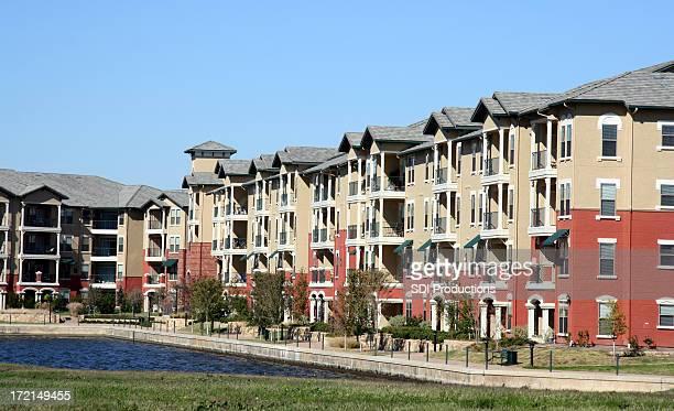 Luxueux complexe d'appartements donnant sur un étang