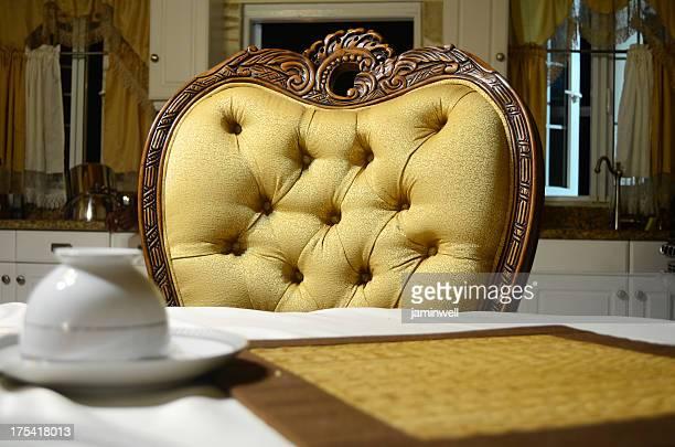 Intérieur luxueux avec fauteuil et table