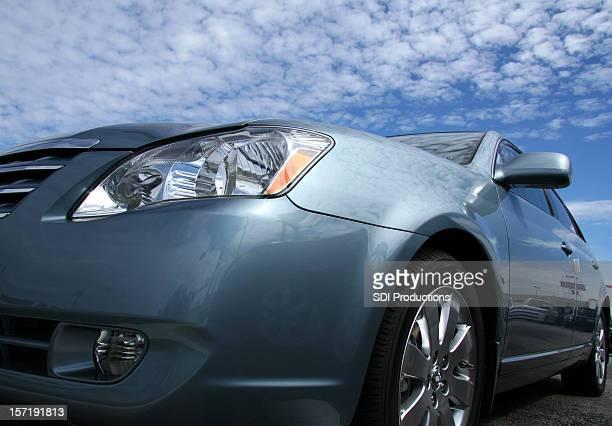 豪華なシルバー Sportscar の眺めをもつ雲模様