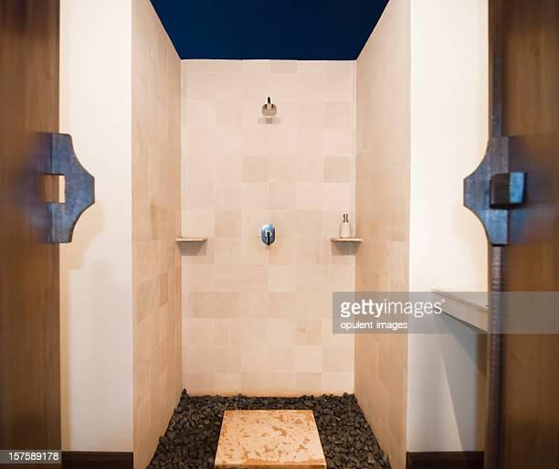 Salle de bains de luxe avec douche en plein air